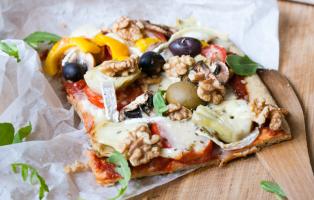 Glutenfri, vegetarisk pizza med extra mycket allt