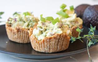 Minipajer med avokado- och äggröra