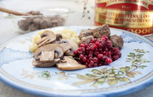 Köttbullar med vitkålsmos, smörstekta champinjoner och lingon