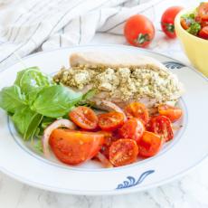 Fetaostfylld kycklingfilé med ugnsbakade tomater och tomatsmör