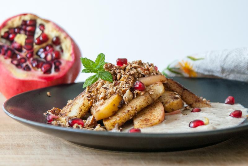 Stekt äpple med mandelcrunch och vaniljsås