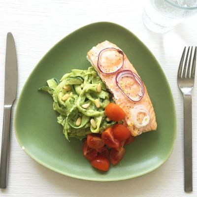 Lax med zucchinipasta och avokadopesto