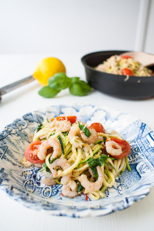 Zucchinipasta med vitlöksfrästa räkor