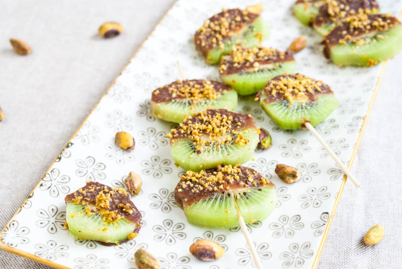 Chokladdoppad kiwi med krossage pistagenötter