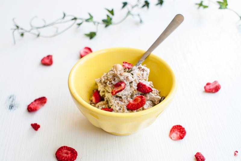 Chiapudding med passionsfrukt och torkade jordgubbar