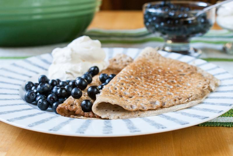 Pannkakor med färska blåbär och grädde