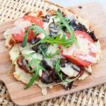 Pizza på blomkålsbotten med kyckling, trattkantareller och västerbottenost