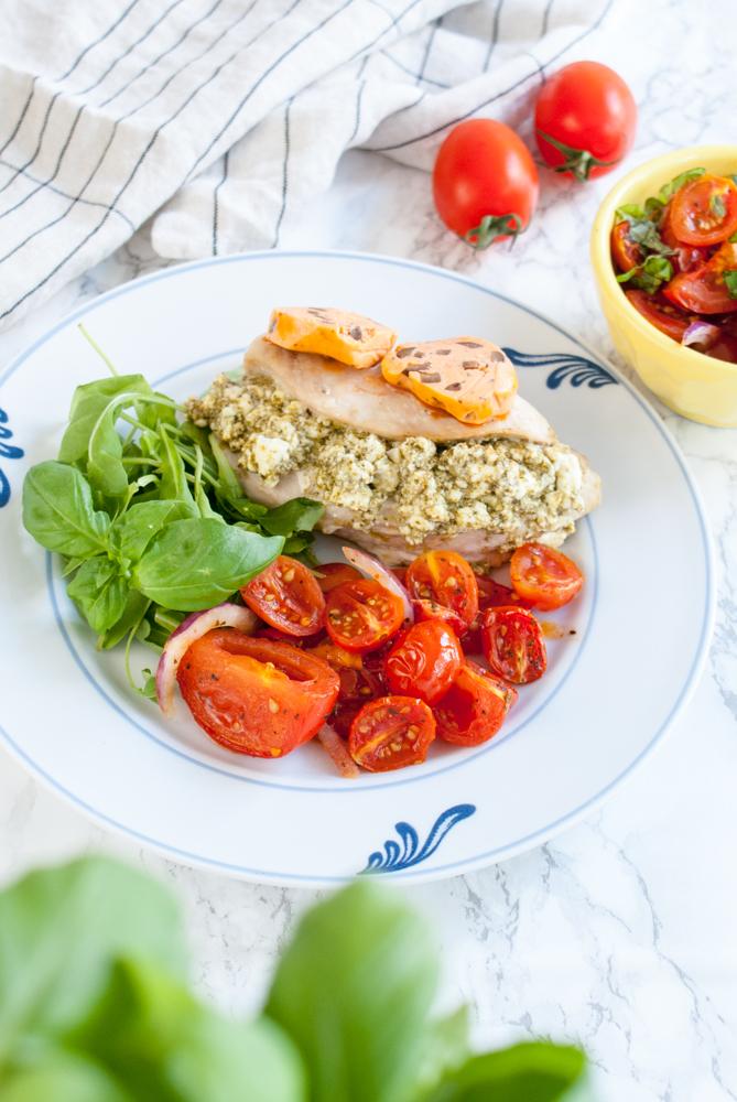 Fetaostfylld kycklingfilé med ugnsbakade tomater