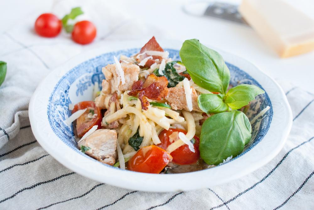 Zucchinipasta med kalkon, bacon och parmesan