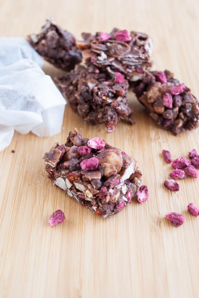 Sockerfritt chokladgodis med torkade nötter och bär