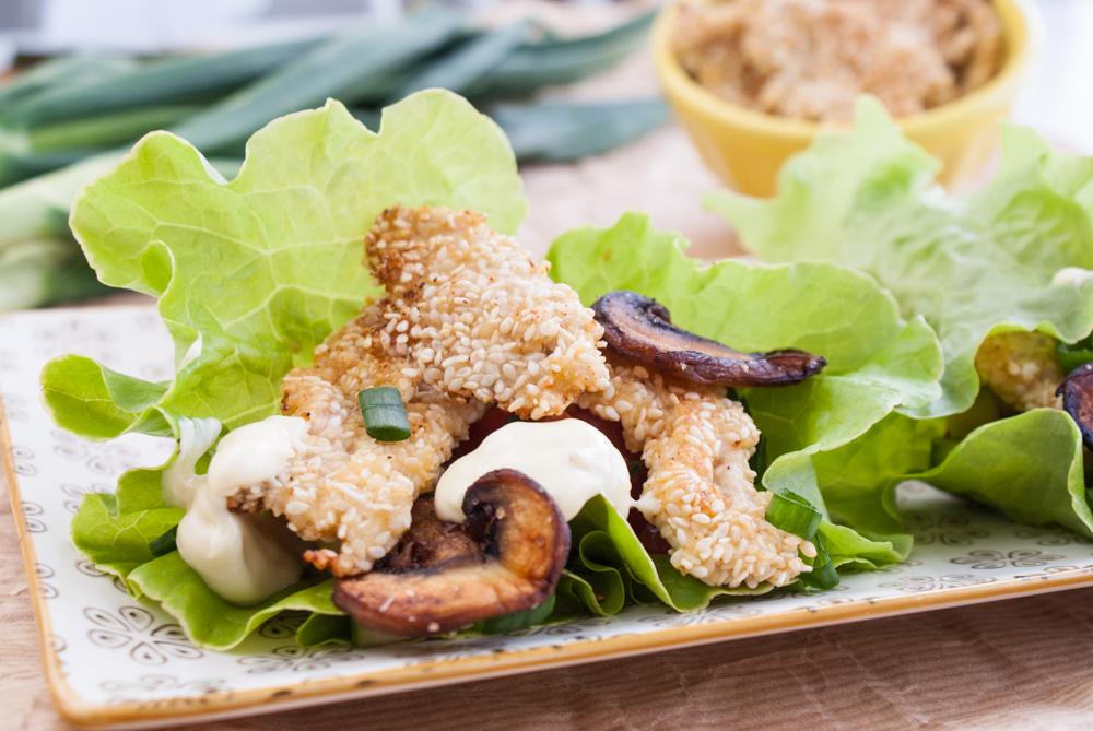 Salladswraps med sesampanerad kyckling och vitlöksmajonnäs
