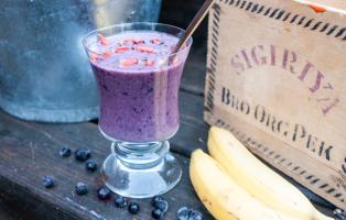 Smoothie med avokado, banan och blåbär