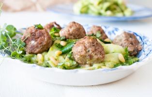 Zucchinipasta med avokadopesto och fetaostfyllda köttbullar