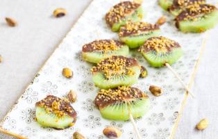 Chokaddoppad kiwi med krossade pistagenötter