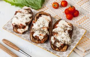 Fylld aubergine med köttfärs och tomatsås