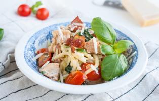 Zucchinipasta med kalkon, bacon och krämig parmesansås