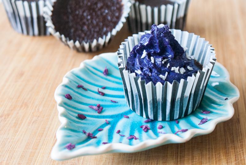 Chokladmuffins med blåbär- och cashewkräm